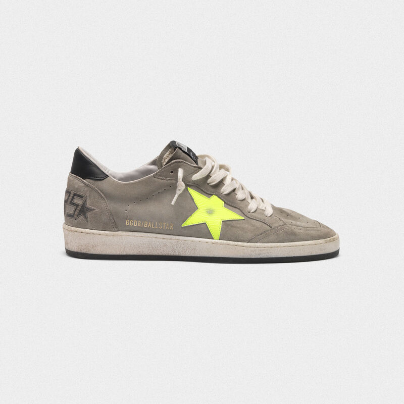 Golden Goose - Sneakers Ball Star in suede grigia con stella fluo in  image number null